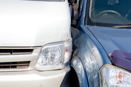 involving: Incidente d'auto che coinvolge due auto su una strada cittadina Archivio Fotografico