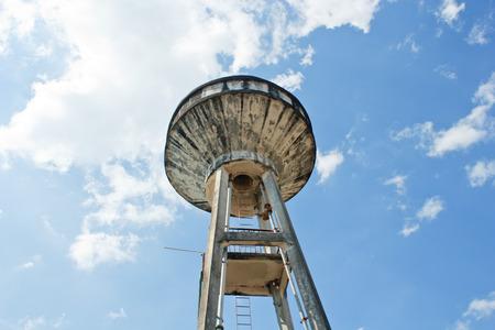 waterleiding: Hoog water tank van de stedelijke waterwerken in Thailand.