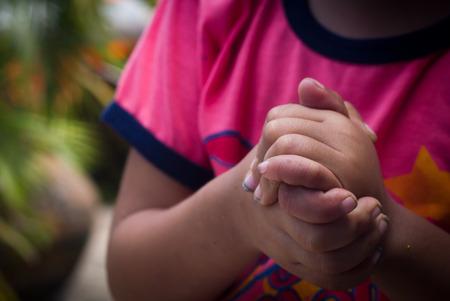 orando: Niños rezando mano.
