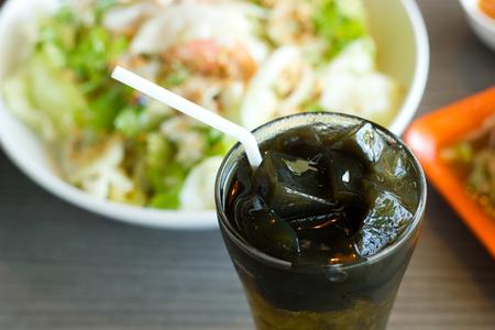 plato del buen comer: una especie de gelatina vegetal china en color negro.