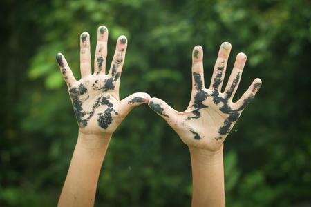 manos sucias: Manos sucias levantando. Foto de archivo
