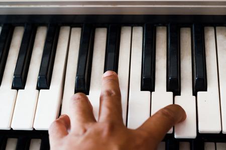 tocando piano: Tocando el piano. Foto de archivo