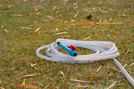 kunststoff rohr: Kunststoffschlauch mit Kunststoff-Rohr-Ventil auf Gras feild.