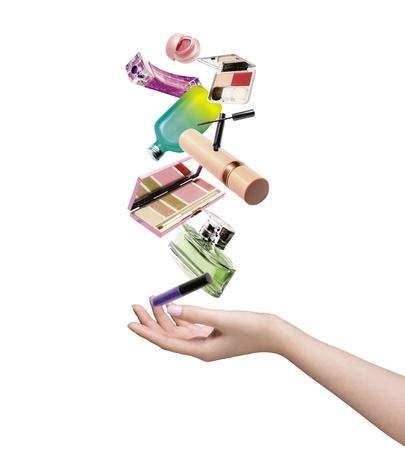 produits de beaut�: Gauche main de la femme avec des produits de beaut� sur fond blanc Banque d'images