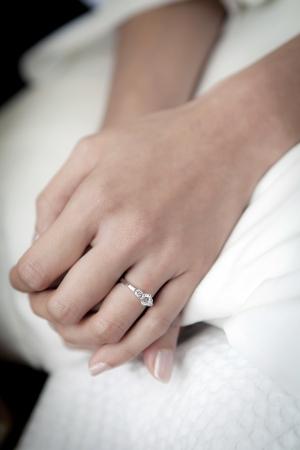 anillo de compromiso: anillo de bodas en el dedo de la novia s