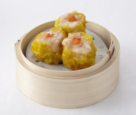 Shrimp dumplings in a bamboo steamer Фото со стока - 23872085
