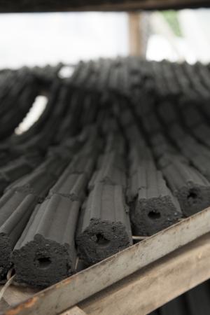 holzbriketts: Die Herstellung von Holzkohle, von Nordthailand