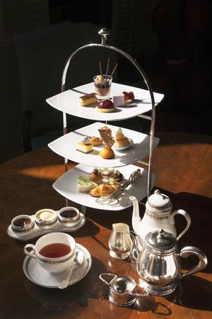 tazza di th�: Alta da t� con il dessert Archivio Fotografico