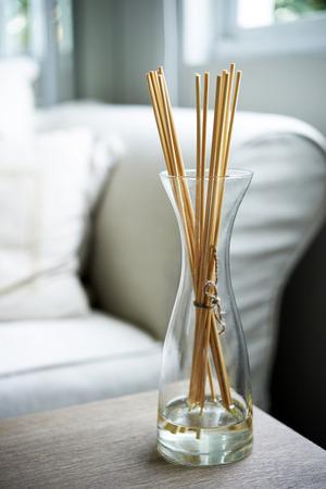 Scent sticks aromatische im Glas auf dem Tisch