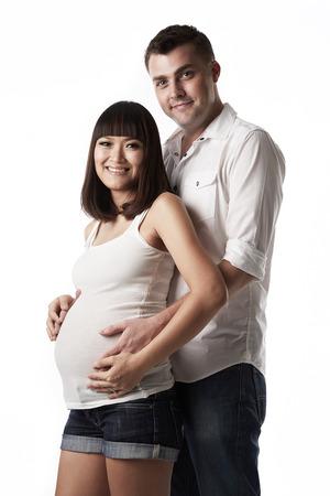 homme enceint: Homme de race blanche femme enceinte tenant asiatique avec amour