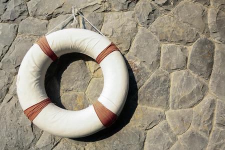 salvavidas: equipos de salvamento que cuelga en la pared