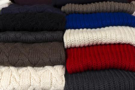sciarpe: sciarpe colorate accatastate in mercato Archivio Fotografico