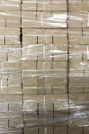 Nicht verwendete Papierkästen gestapelt von Plastik verpackt