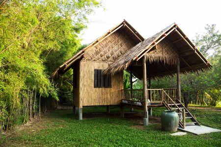 Bambushütte im thailändischen Dorf