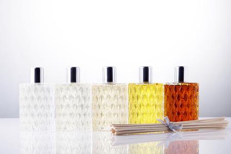 bâtonnets aromatiques et des bouteilles de parfum Parfum