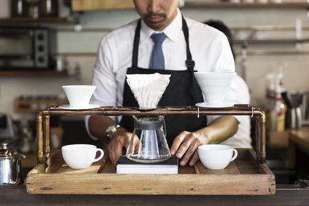 Drip koffie zetten de voorbereiding door barista