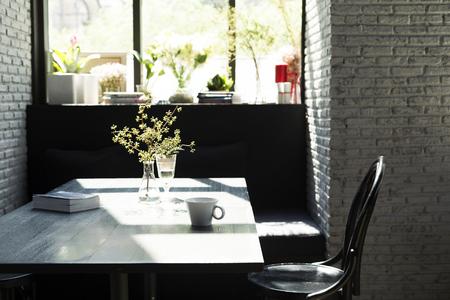 tarde de cafe: Mesa de centro con nadie en la luz del sol por la tarde