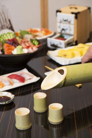 sake: La porción del motivo en la copa de bambú