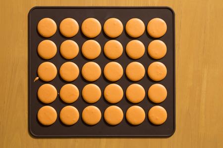 silicio: Fila de macarrones en un plato para hornear de silicona
