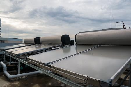 Zonne-warmwatersysteem op het dak Stockfoto