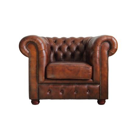 muebles antiguos: Cl�sico sill�n de cuero marr�n sobre fondo blanco.