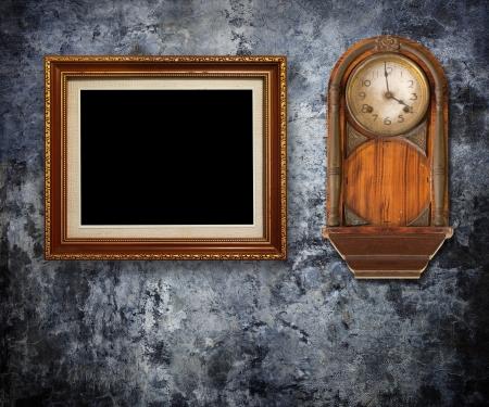 reloj antiguo: Reloj de la vendimia con los marcos de oro en la pared sucia