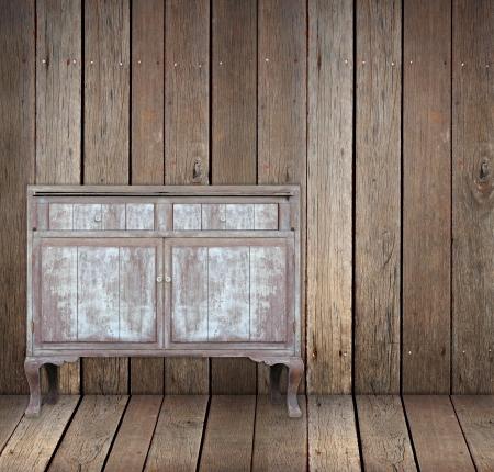 Mesa de madera de la vendimia en la habitación de madera