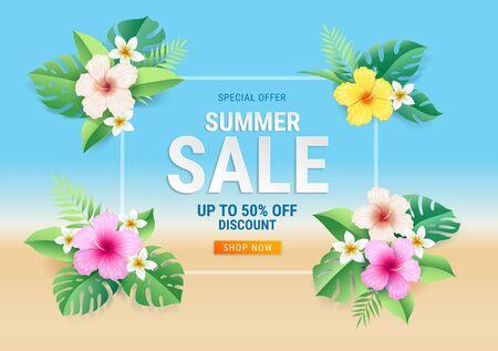 Tarjeta de venta de verano con flores de hibisco en hojas tropicales en el fondo de la playa. Ilustración vectorial