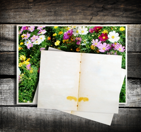 Empty note page on wood background  photo