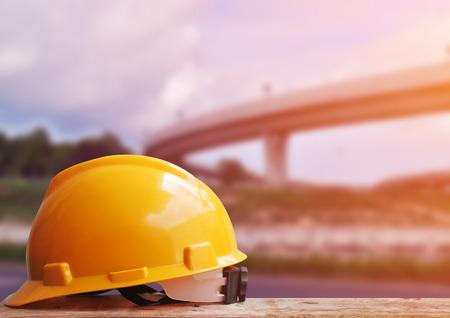 Casque de sécurité avec le site de construction de fond Banque d'images - 44107909