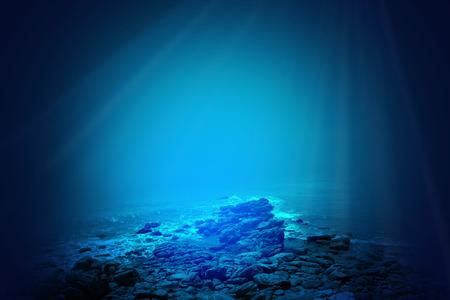 Diepblauwe zee achtergrond met zonlicht schijnt