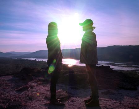 black girl: Silhouette der Liebhaber auf dem H�gel bei Sonnenaufgang stehen.