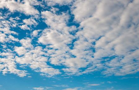atmosfera: La atm�sfera de nubes blancas y cielo azul de fondo Foto de archivo