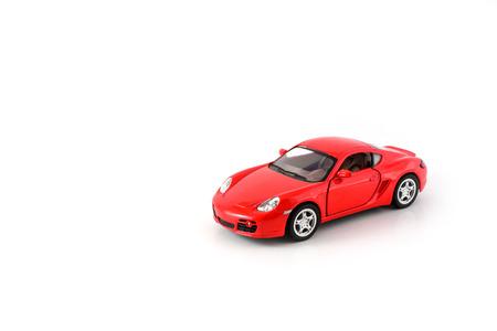 rode stuk speelgoed auto op wit wordt geïsoleerd Stockfoto