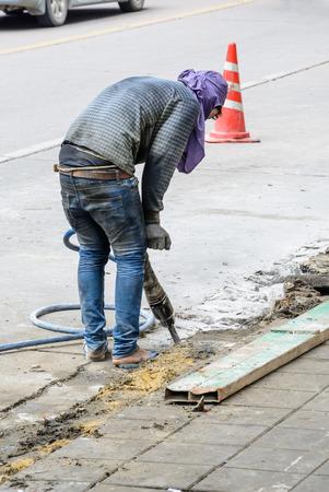 Pre�lufthammer: Stra�e Reparaturarbeiten mit Presslufthammer