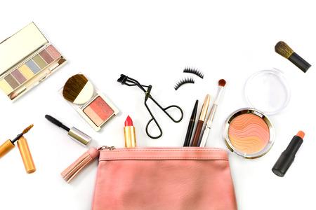 estuche: conforman la bolsa con cosm�ticos y pinceles aislados en blanco Foto de archivo