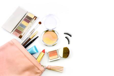 maquillaje de ojos: conforman la bolsa con cosm�ticos y pinceles aislados en blanco Foto de archivo