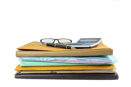 papeles oficina: Pila de documento con l�piz y calculadora aislado en blanco