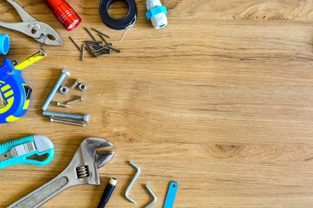work tools: Conjunto de herramientas manuales sobre fondo de madera