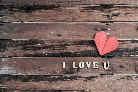 """i love u: Forme de coeur rouge avec le mot �Je aime u"""" sur le vieux fond en bois, de style vintage"""