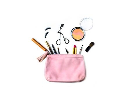 cosmeticos: compone el bolso con cosm�ticos y pinceles aislados sobre fondo blanco