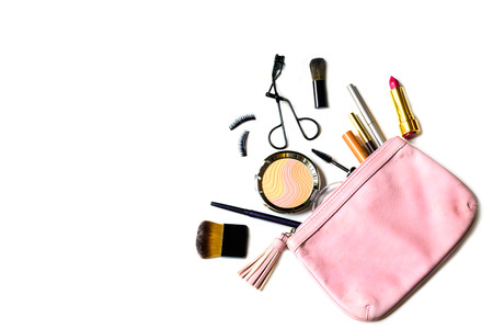 lapiz labial: compone el bolso con cosm�ticos y pinceles aislados sobre fondo blanco
