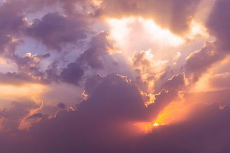 cielo: Cielo de noche dram�tica con sol en el crep�sculo Foto de archivo