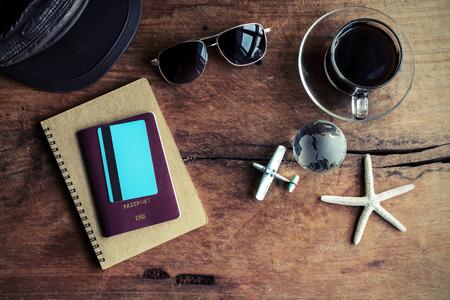 passport: Outfit de viajero con la taza de caf� sobre fondo de madera, estilo vintage