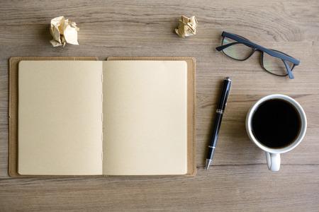 papeles oficina: Taza de café con el cuaderno en el escritorio, lugar de trabajo