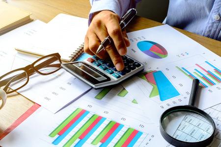 contabilidad financiera cuentas: negocios que trabajan en la oficina turística de negocios calcular la contabilidad financiera, el análisis gráfico Foto de archivo
