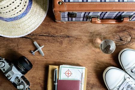 Outfit de viaje en el fondo de madera, estilo vintage