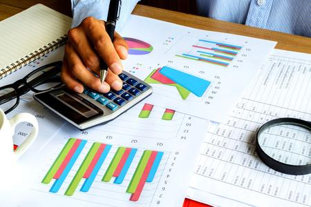 contabilidad: Negocio oficina turística calcular la contabilidad financiera, el análisis gráfico Foto de archivo