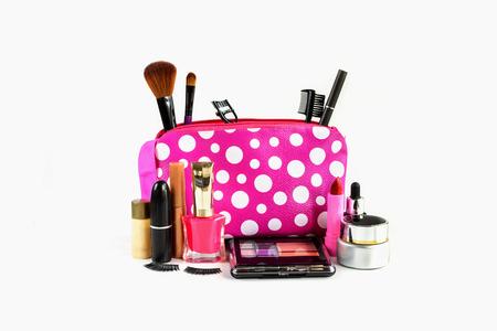 cosmeticos: compone el bolso con cosméticos y pinceles aislados en blanco