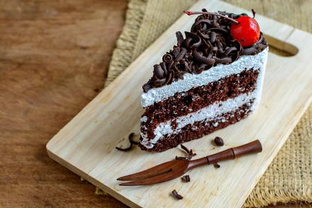 Foresta Nera, Torta al cioccolato su tavola di legno Archivio Fotografico - 42844842